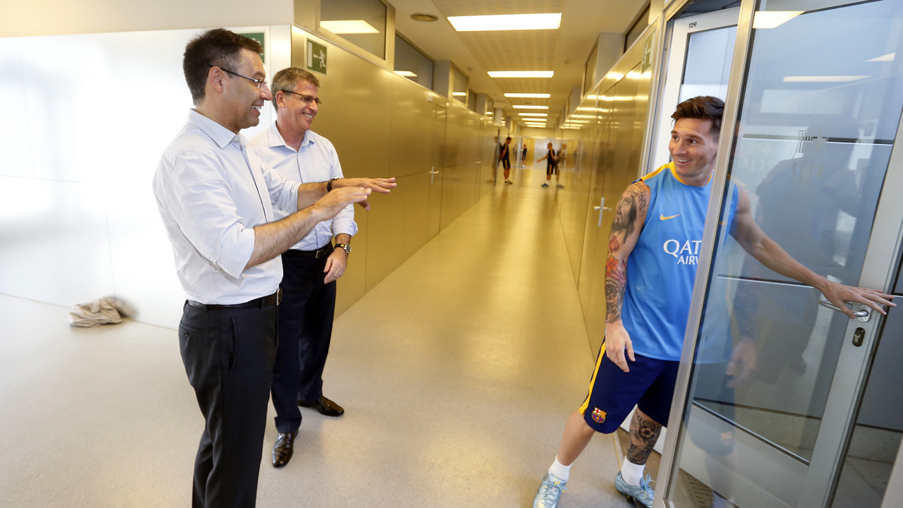 Bartomeu y Mestre, con Messi antes del entrenamiento / MIGUEL RUIZ-FCB