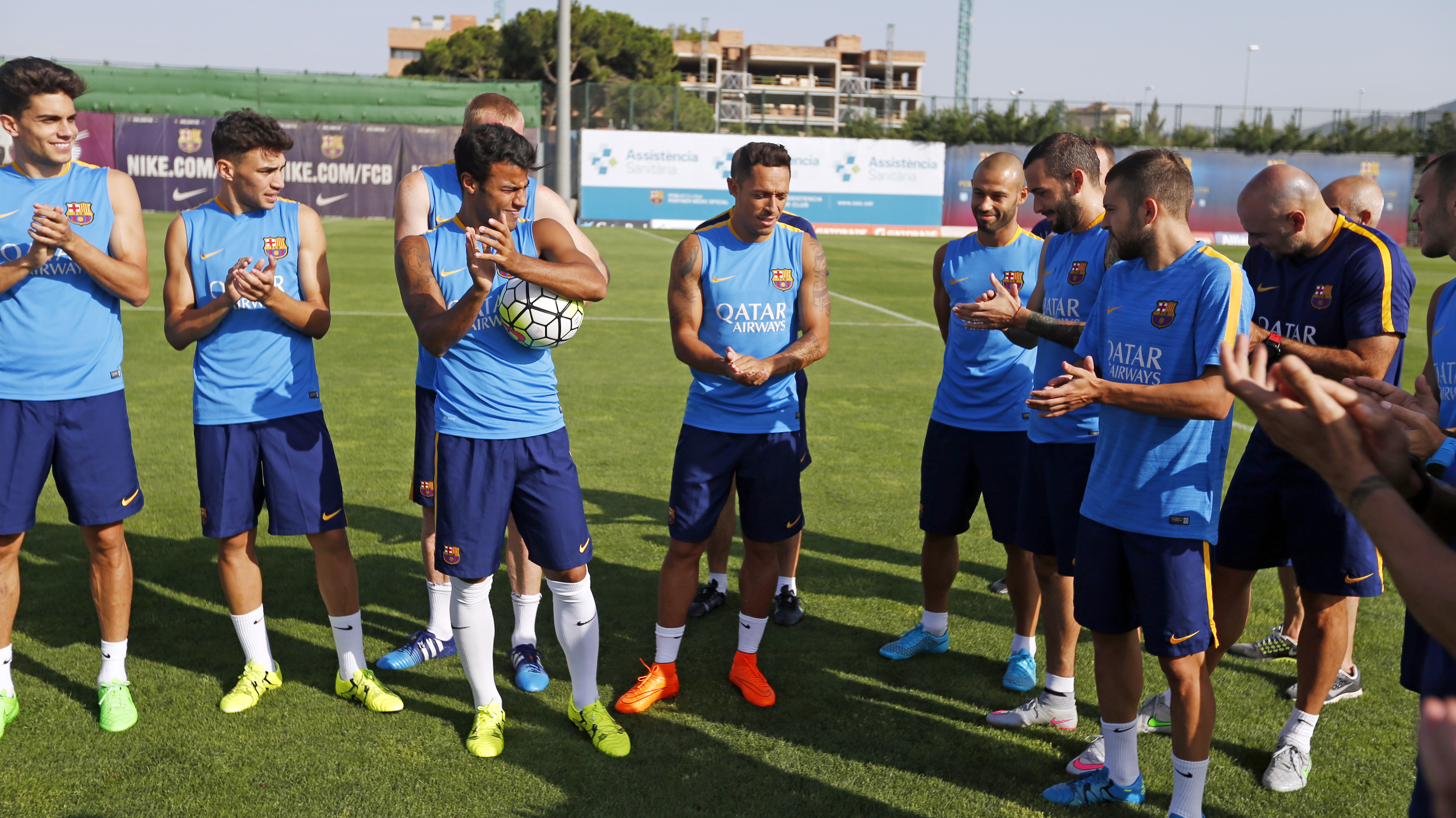 La plantilla aplaude a Mascherano, nuevo cuarto capitán del Barça / MIGUEL RUIZ-FCB