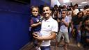 Pedro, amb el seu fill, en el comiat / MIGUEL RUIZ - FCB