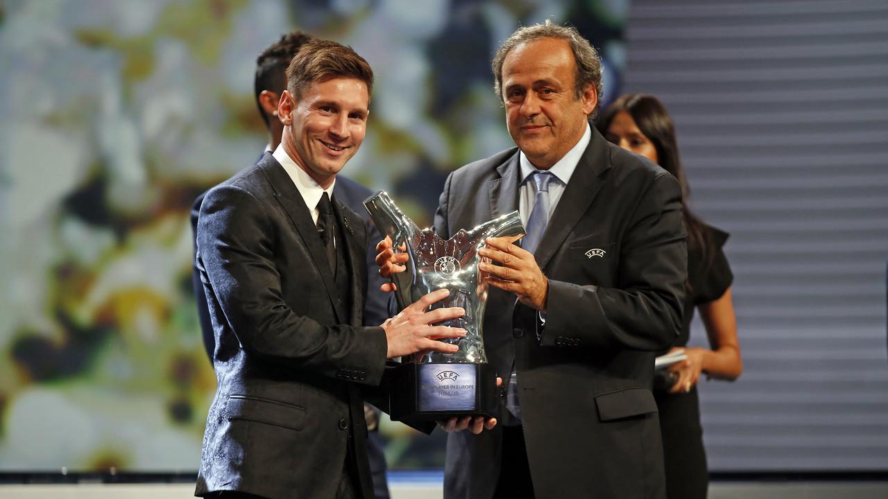 Messi, recebendo o prêmio de MVP da UEFA / MIGUEL RUIZ - FCB