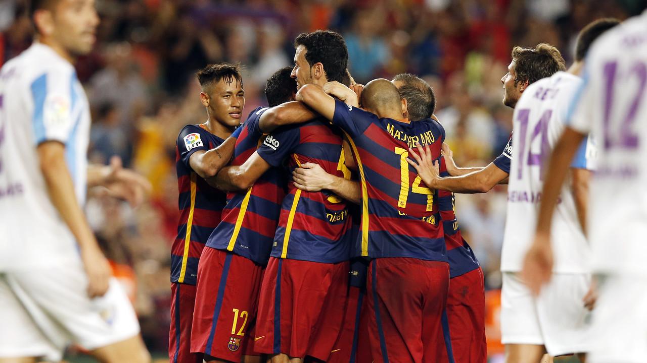 Els jugadors del Barça s'abracen després del gol de Vermaelen / MIGUEL RUIZ - FCB