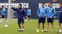 Luis Suárez and Tarín listen to instructions from reserve team assistant manager García Pimienta / MIGUEL RUIZ - FCB