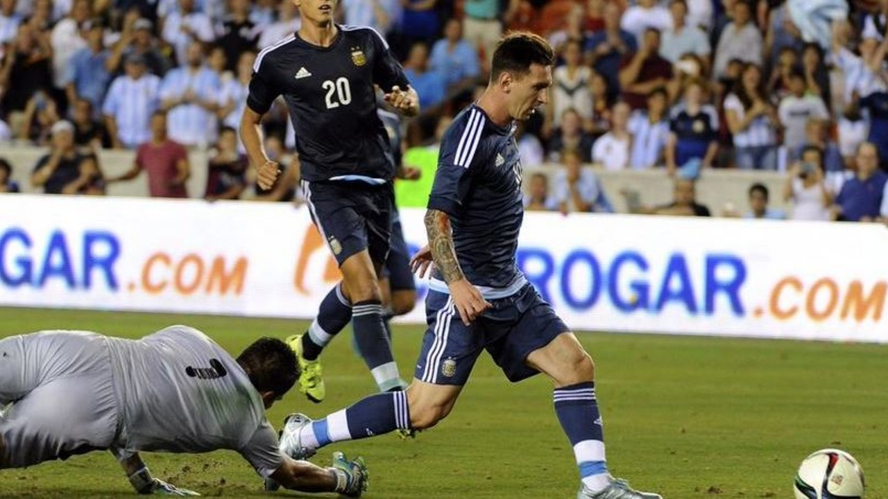 Messi on the point of scoring his 48th goal for Argentina / @AFA
