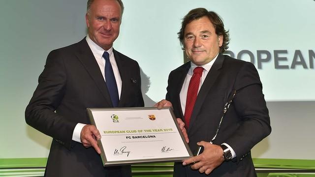 Raul Sanllehí receives the award from Karl Heinz Rummenigge / ECA