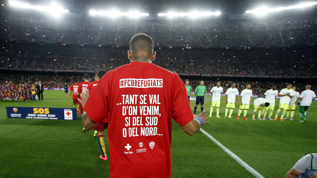 Neymar, wearing the t-shirt in support of helping the Syrian refugees  / MIGUEL RUIZ - FCB