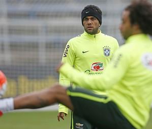 Dani Alves em um treino com a seleção brasileira