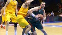 Vezenkov and Tomic challenge for the ball /ACB Photo-B.Pérez