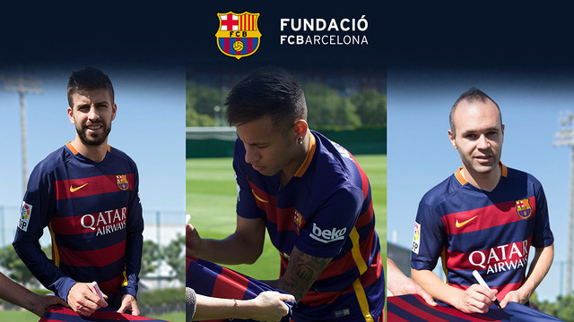 Piqué, Neymar and Iniesta signing the jersey. FC BARCELONA