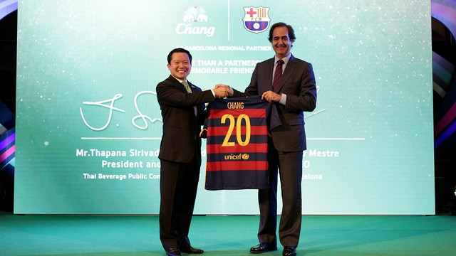 Khun Thapana, CEO of Thai Beverage Public Company Limited with Ignacio Mestre, CEO of FC Barcelona