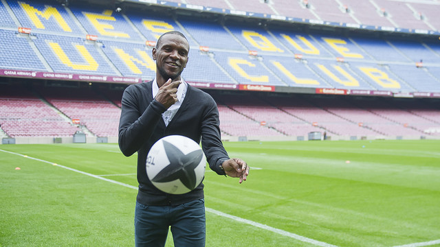 Éric Abidal with a rugby ball as he records the promo video for the final / VÍCTOR SALGADO-FCB