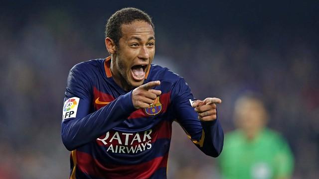 Neymar, celebrando um gol com os dedos indicadores apontando para frente.