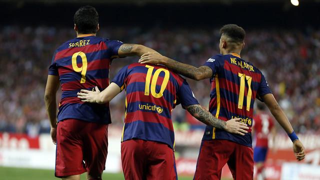 Suárez, Messi e Neymar, abraçados no gramado.