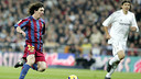 Messi dribbles during his first El Clásico at Camp Nou. / FCB ARCHIVE