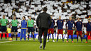 Luis Enrique approaches his players on the Bernabéu pitch moments before the minute of silence in memory of the victims of the attacks in Paris./ MIGUEL RUIZ - FCB