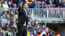 Luis Enrique dando órdenes al equipo desde la zona técnica del Camp Nou / MIGUEL RUIZ - FCB