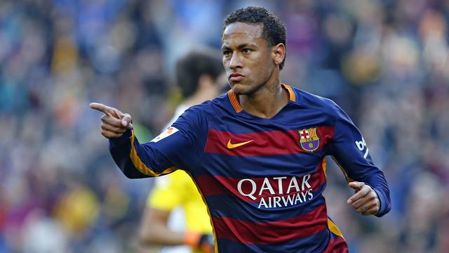 Neymar celebra um gol com o dedo indicador para frente.