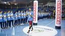 Raúl Entrerríos walks through the 73 handball academy players / VÍCTOR SALGADO - FCB