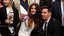 Leo Messi es fa un 'selfie' amb una aficionada abans de la gala / MIGUEL RUIZ - FCB
