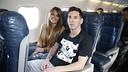 Lionel Messi and his partner, Antonella Roccuzzo, settle in for the flight to Zurich. / MIGUEL RUIZ - FCB