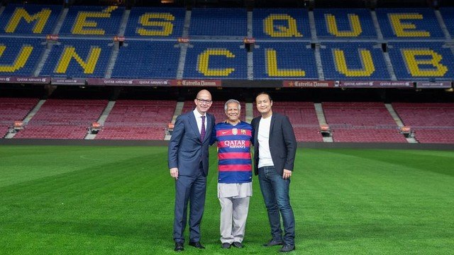 Jordi Cardoner, Muhammad Yunus and Dídac Lee at Camp Nou