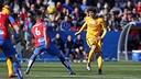 Sergi Roberto battles for possession with Camarasa / MIGUEL RUIZ - FCB