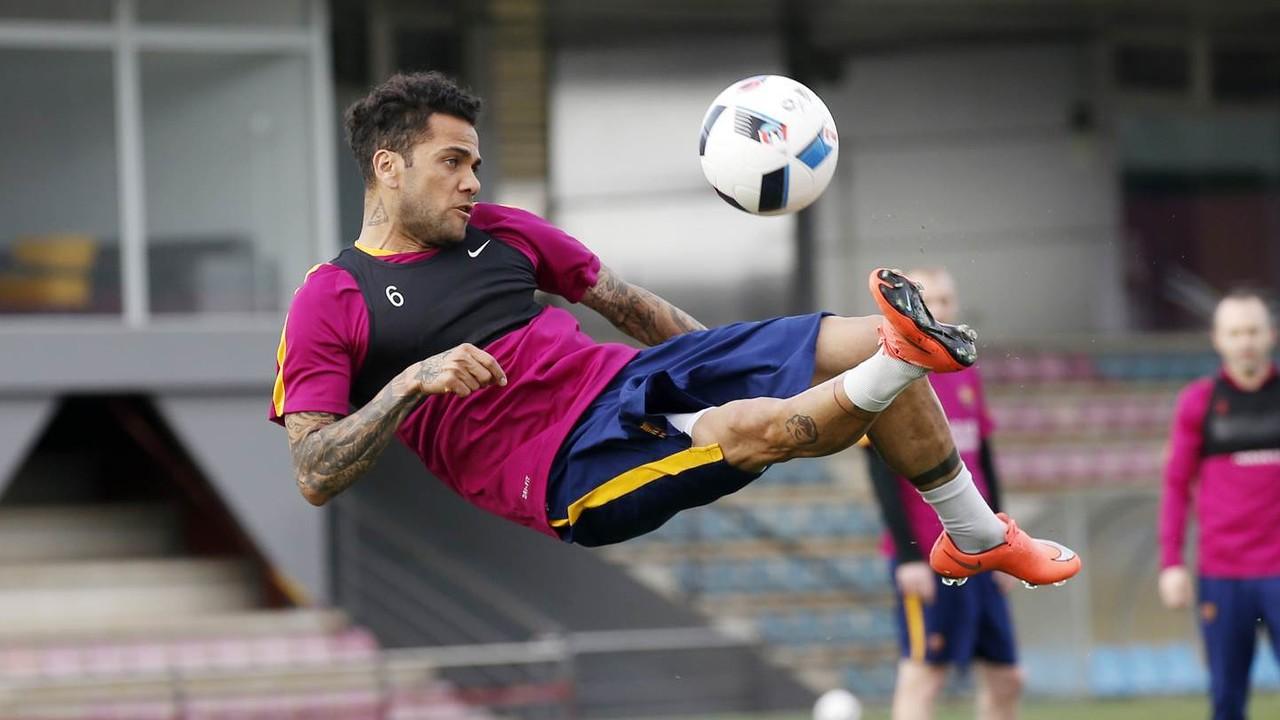 Dani Alves, fent una rematada acrobàtica en l'entrenament d'aquest dimarts / MIGUEL RUIZ-FCB