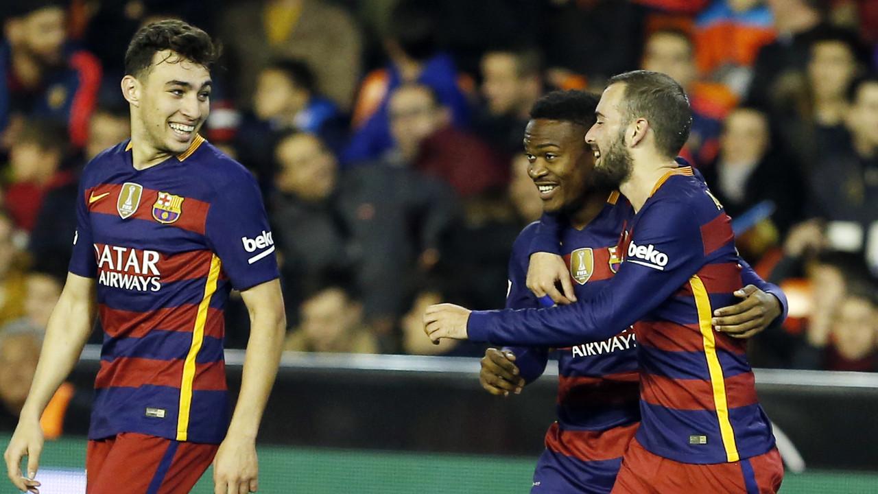 Kaptoum celebra el gol de l'empat amb Aleix Vidal i Munir / MIGUEL RUIZ - FCB