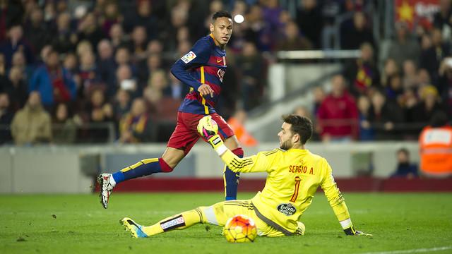 Neymar, com Sergio caído, no momento do gol que marcou contra o Celta