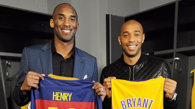 Kobe Bryant and Thierry Henry exchange jerseys / NBA
