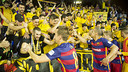 Els jugadors celebren el triomf amb els aficionats / VICTOR SALGADO - FCB