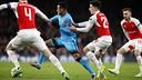 Neymar takes on the Arsenal defence / MIGUEL RUIZ - FCB