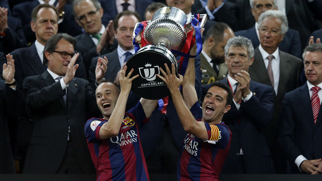Xavi and Iniesta lift 2015 trophy / MIGUEL RUIZ - FCB