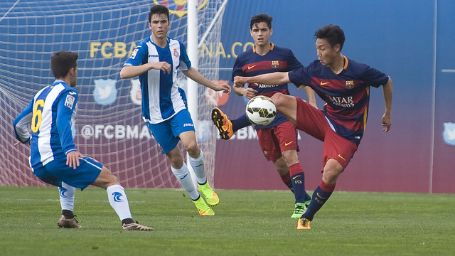 Paik lucha por un balón con un rival / PACO LARGO - FCB