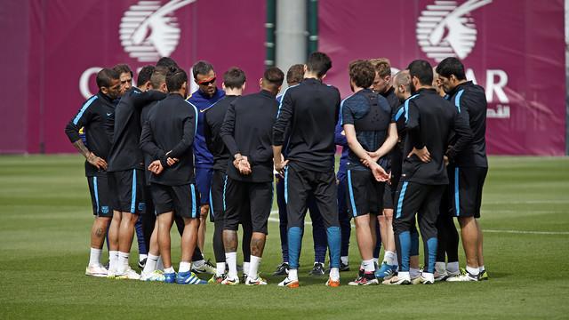 Los jugadores del primer equipo escuchando las órdenes del staff técnico durante el entrenamiento de este martes / MIGUEL RUIZ - FCB