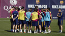 Players receive their final orders during training at Ciutat Esportiva / MIGUEL RUIZ - FCB