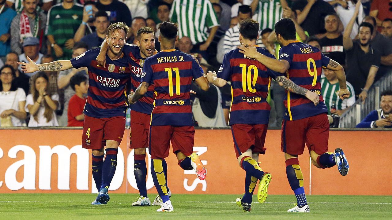 Rakitic, Jordi Alba i el trident celebren el primer gol al Benito Villamarín / MIGUEL RUIZ-FCB