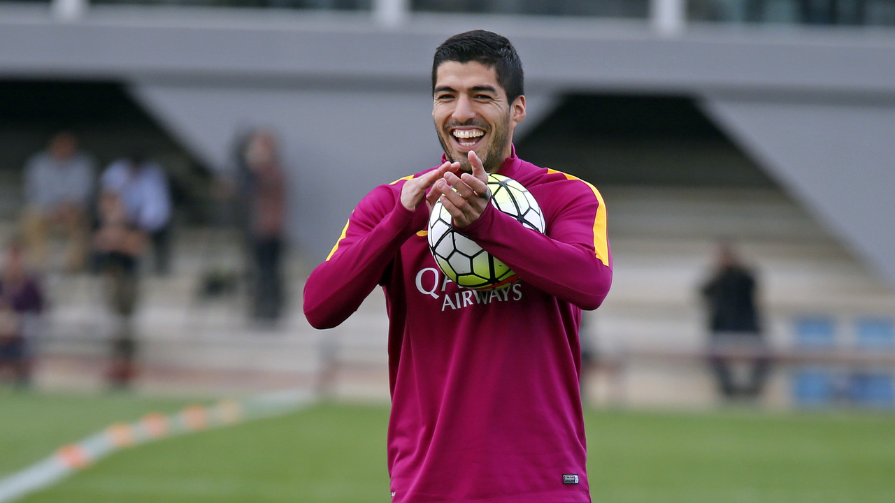 Luis Suárez applauds the work of his teammates at one of Barça's workouts. / MIGUEL RUIZ - FCB