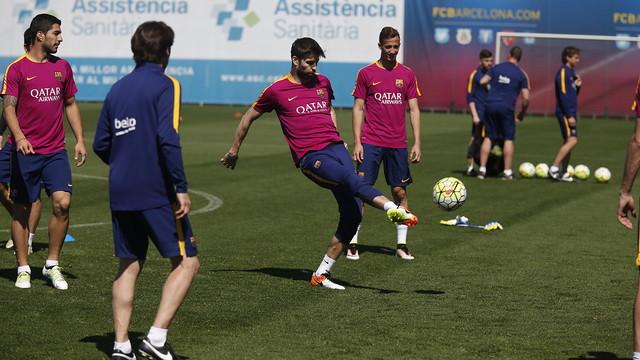 Gerard Piqué trains Wednesday, with Luis Suárez (left) looking on. / MIGUEL RUIZ - FCB