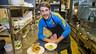 Kevin Bordas, con los platos que preparó / FOTO: VÍCTOR SALGADO-FCB