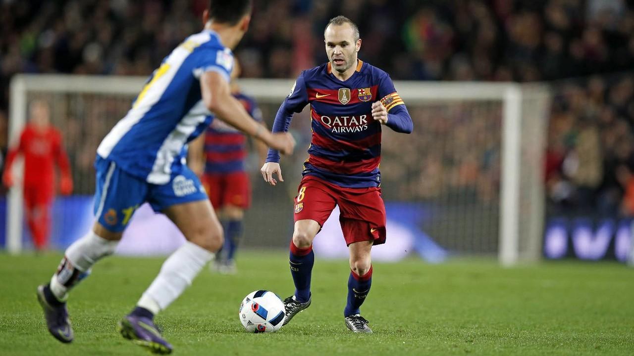 Iniesta, en el derbi de Copa en el Camp Nou / MIGUEL RUIZ-FCB