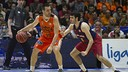 Abrines defending San Emeterio during the game / ACB PHOTO