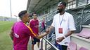 Lawal saluda Neymar Jr al final de l'entrenament / MIGUEL RUIZ - FCB