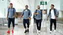 Els brasilers Neymar Jr, Alves, Douglas i Rafinha, abans de pujar a l'avió / MIGUEL RUIZ - FCB