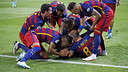 Players pile on top of Jordi Alba after his 97th minute goal put Barça up 1–0. / MIGUEL RUIZ - FCB