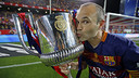 Andrés Iniesta besa la Copa ganada en el Vicente Calderón / MIGUEL RUIZ - FCB