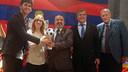Carles Aleñá, recogiendo el galardón antes de la cena con la PB de Calella / FC BARCELONA