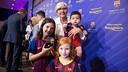 Una socia, acompañada de sus nietos después de recibr la insignia de oro / GERMAN PARGA - FCB