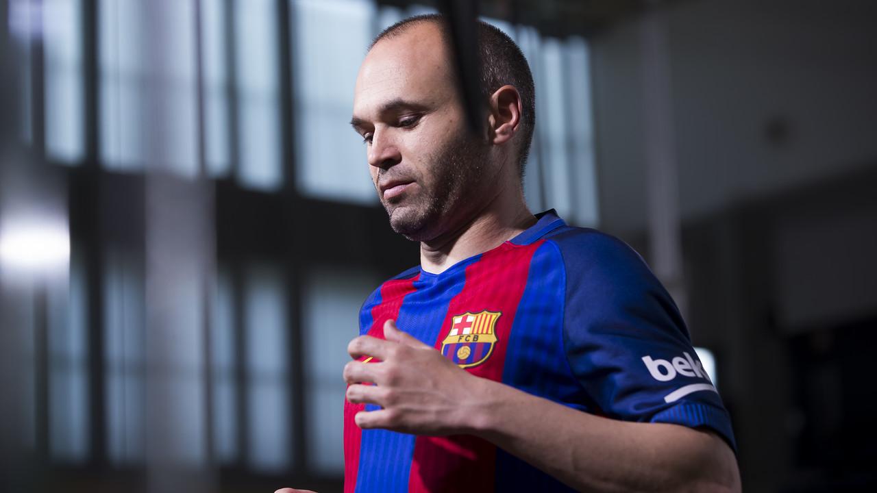 Andrés Iniesta durant el rodatge de la nova samarreta del FC Barcelona / FCB