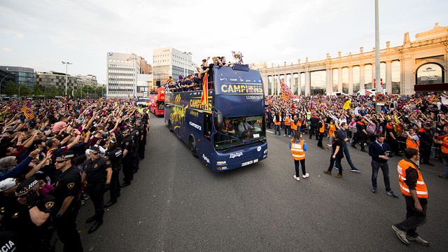 The team bus, during the championship parade in Barcelona. / FCB