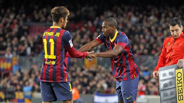 Adama entrando al terreno de juego en el lugar de Neymar